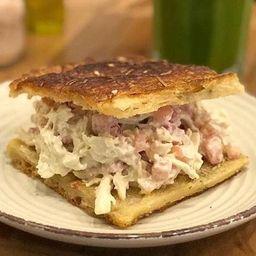 Sandwich de Pollo y Bebida Del Día