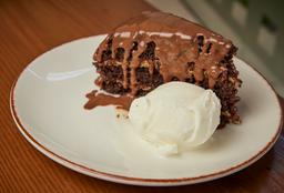 Torta de Chocolate Clásica con Helado