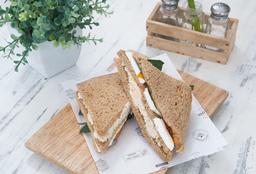 Sándwich Triple Pollo y Queso Fresco