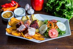 Chancho al Cilindro con papas y camotes fritos