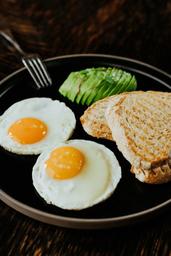 Huevos Fritos con Palta y Pan Campesino