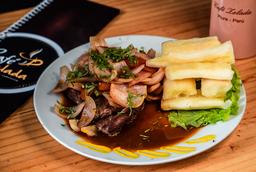Bisteck Encebollado con Yucas