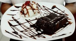 Brownie con Helado y Fudge