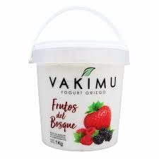 Yogurt griego de frutos del bosque en balde