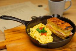 Sándwich Mixto con Huevo Revuelto + Café