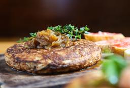 Tortilla de Cebolla Caramelizada y Queso Cheddar