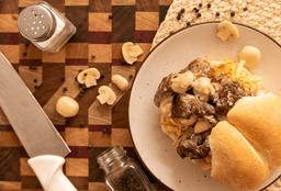 Pan con Lomo en Salsa de Champiñones