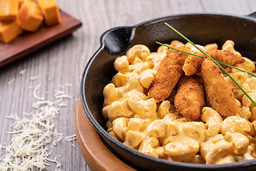 Mac and Cheese con Chicken Fingers