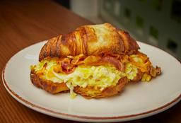 Croissant con Huevo Frito