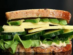 Sándwich Queso Suizo, Palta y Hummus