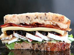 Sándwich Brie, Tocino y Sauco