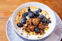 Bowl de Yogurt Griego, Granola, Fresas y Miel
