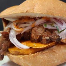 Sándwich con Chicharrón